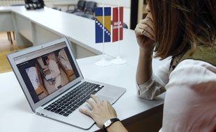 L'élue d'opposition Sabina Cudic devant l'une des photos qu'elle a diffusées à la presse ce mercredi.