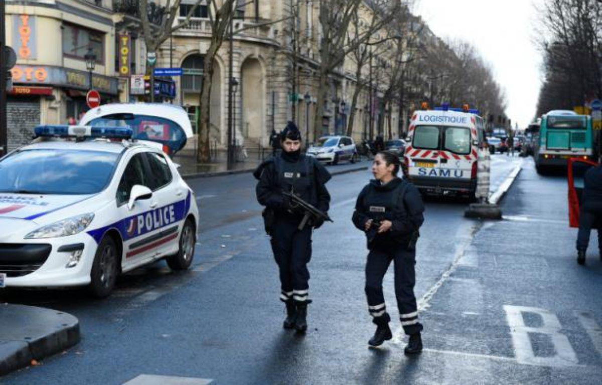 Le quartier de  Barbes-Rochechouart bouclé par les forces de police le 7 janvier 2016 à Paris – LIONEL BONAVENTURE AFP