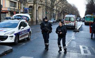 Le quartier de  Barbes-Rochechouart bouclé par les forces de police le 7 janvier 2016 à Paris