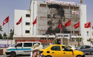 Le portrait de Mohamed Bouazizi est affiché dans cette rue du Sidi Bouzid en Tunisie.