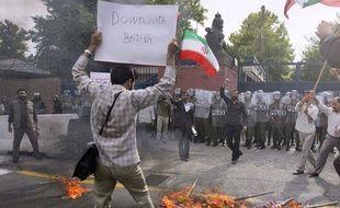 Manifestation devant l'ambassade britannique à Téhéran en Iran, le 23 juin 2009.