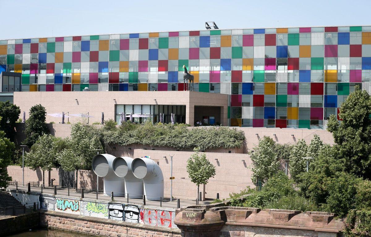 L'exposition «Comme un jeu d'enfant, travaux in situ» de Daniel Buren est prolongé jusqu'au 8 mars au musée d'art moderne et contemporain de Strasbourg. L'œuvre sur la façade doit rester jusqu'à l'été 2015. – Gilles Varela
