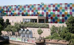L'exposition «Comme un jeu d'enfant, travaux in situ» de Daniel Buren est prolongé jusqu'au 8 mars au musée d'art moderne et contemporain de Strasbourg. L'œuvre sur la façade doit rester jusqu'à l'été 2015.