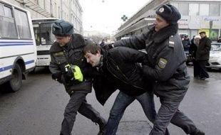 Quelque centaines de manifestants du mouvement d'opposition russe Solidarnost ont appelé samedi à Moscou à la démission du gouvernement du Premier ministre Vladimir Poutine, a constaté un photographe de l'AFP.