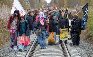Des dizaines de milliers d'antinucléaires allemands ont manifesté samedi dans le nord de l'Allemagne où est attendu un train de déchets radioactifs venu de France, dont la progression est ralentie par les militants.
