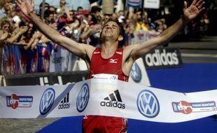Le coureur de fond portugais Helder Ornelas est devenu le premier athlète suspendu pour dopage sur la base de son passeport biologique, avec une interdiction de courir de quatre ans infligée par sa fédération nationale, a indiqué mercredi la Fédération internationale (Iaaf)