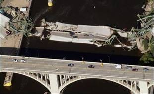 """La ou les causes précises de l'effondrement de l'ouvrage ne sont pas encore connues, mais le porte-parole de la Maison Blanche, Tony Snow, a cité jeudi un rapport de 2005 du département des Transports du Minnesota ayant classé le pont dans la catégorie des ouvrages """"structurellement défectueux""""."""
