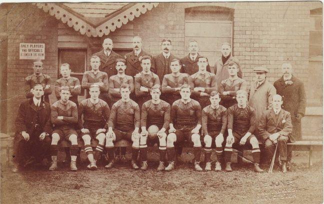 L'équipe du Gloucestershire victorieuse du Championnat des comtés anglais en 1910. De nombreux joueurs participeront au match du club de Gloucester à Toulouse l'année suivante.