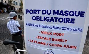 Une pancarte informe sur le port du masque à Marseille, le 13 août 2020.