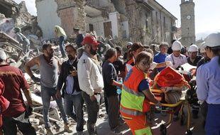 Des services de secours à l'oeuvre à Amatrice, en Italie, après un séisme, le 24 août 2016.
