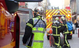 Des sapeurs pompiers interviennent pour un début d'incendie.