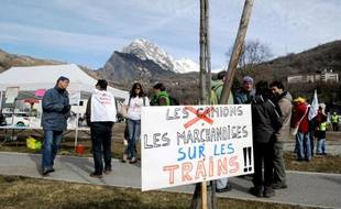 Des personnes rassemblées le 7 mars 2015 à Saint-Michel-de-Maurienne, en Savoie, contre la pollution