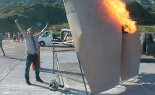 Capture d'écran de la vidéo de Colin Furze, inventeur de la machine à flatulences pour attaquer la France.