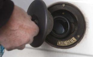 Un homme fait le plein de diesel à Paris (illustration).