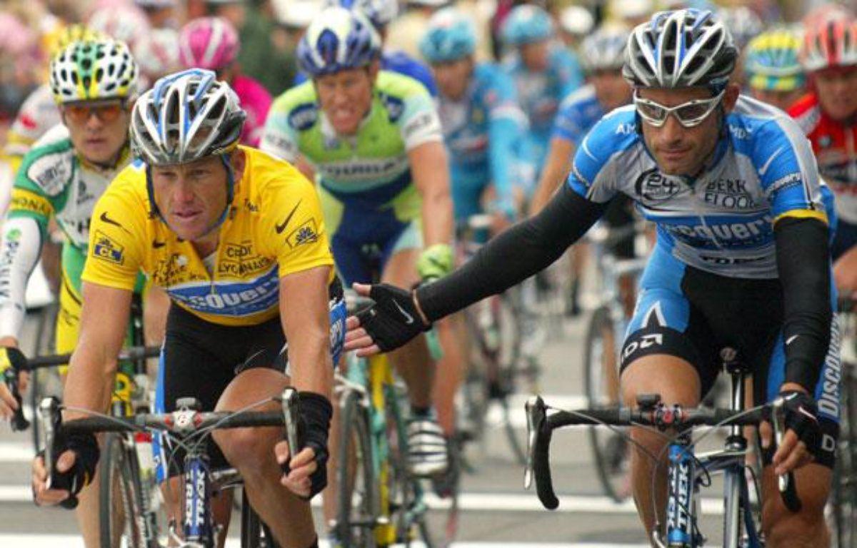 Lance Armstrong et George Hincapie, alors coéquipiers dans l'équipe Discovery Channel, en juin 2005, sur le Tour de France. – AFP PHOTO SEBASTIEN BERDA