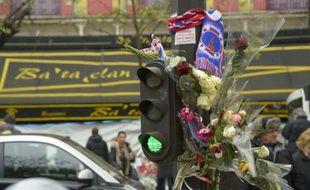 Des fleurs en hommage aux victimes, le 27 novembre 2015 devant le Bataclan à Paris