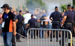Les policiers lancent des gaz lacrymogènes sur des supporteurs avant le match de Ligue 1 de football de bastia contre Marseille le 9 aout 2014 au stade Armand Cesari de Bastia