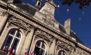 Des centaines de personnes étaient rassemblées devant la mairie du XIe arrondissement