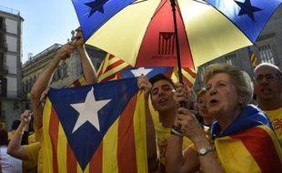 Des indépendantistes catalans rassemblés place Sant Jaume, le 27 septembre 2014 à Barcelone après la signature par le président Artur Mas d'un décret de convocation d'un référendum le 9 novembre