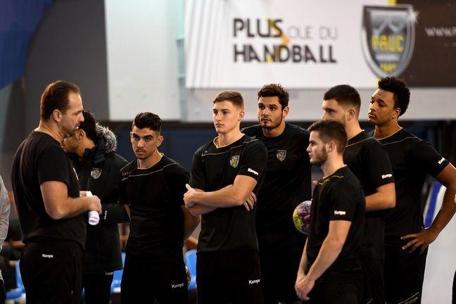 Florent Manaudou pendant son premier entraînement complet de handball à Aix-en-Provence