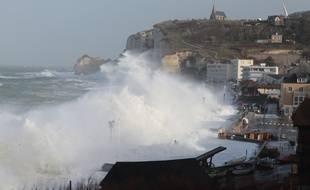 Les côtes d'Etretat balayées par les vents de la tempête Eleanor, le 3 janvier 2018.