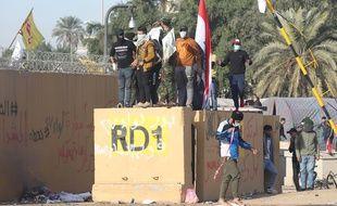 Des manifestants pro-Iran devant l'ambassade américaine en Irak.