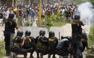 Trois personnes ont été tuées et au moins 55 blessées au Pérou mercredi lors de violents heurts entre la police et des mineurs à Puerto Maldonado (est), signe des difficultés de l'Etat à juguler le secteur des mines artisanales ou clandestines dans l'est amazonien.