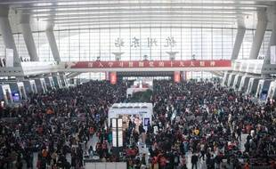Des milliers de citoyens chinois attendent pour pour prendre le train à Hangzhou en Chine, le 12 février 2018.