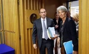 Le déficit de l'Etat va continuer à se creuser en 2009, à 52,1 milliards d'euros, après s'être déjà alourdi à 49,4 milliards en 2008, soit nettement plus que les prévisions initiales du gouvernement, selon le projet de loi de finances présenté vendredi.