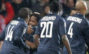 Sidney Govou, Aly Cissokho et Jean-Alain Boumsong fêtent le but de Jean IIMakoun, lors de la victoire de l'Olympique lyonnais contre le Real Madrid (1-0), mardi 16 février, en huitièmes de finale aller de la Ligue des champions.