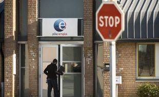 Une personne entre dans une agence de Pôle Emploi, le 28 avril 2015 à Lille