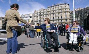 Plusieurs associations ont exprimé mercredi leur opposition à voir les assurances privées tenir un rôle central dans le cadre de la réforme de la dépendance, plaidant en outre pour que les handicapés y soient inclus.