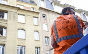Un cheminot en grève à Paris, le 13 juin 2018.
