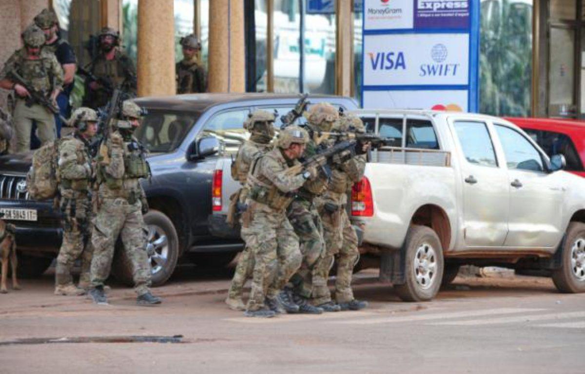 Des forces spéciales françaises aux abords de l'hôtel Splendid à Ouagadougou, le 16 janvier 2016 – AHMED OUOBA AFP