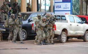 Des forces spéciales françaises aux abords de l'hôtel Splendid à Ouagadougou, le 16 janvier 2016