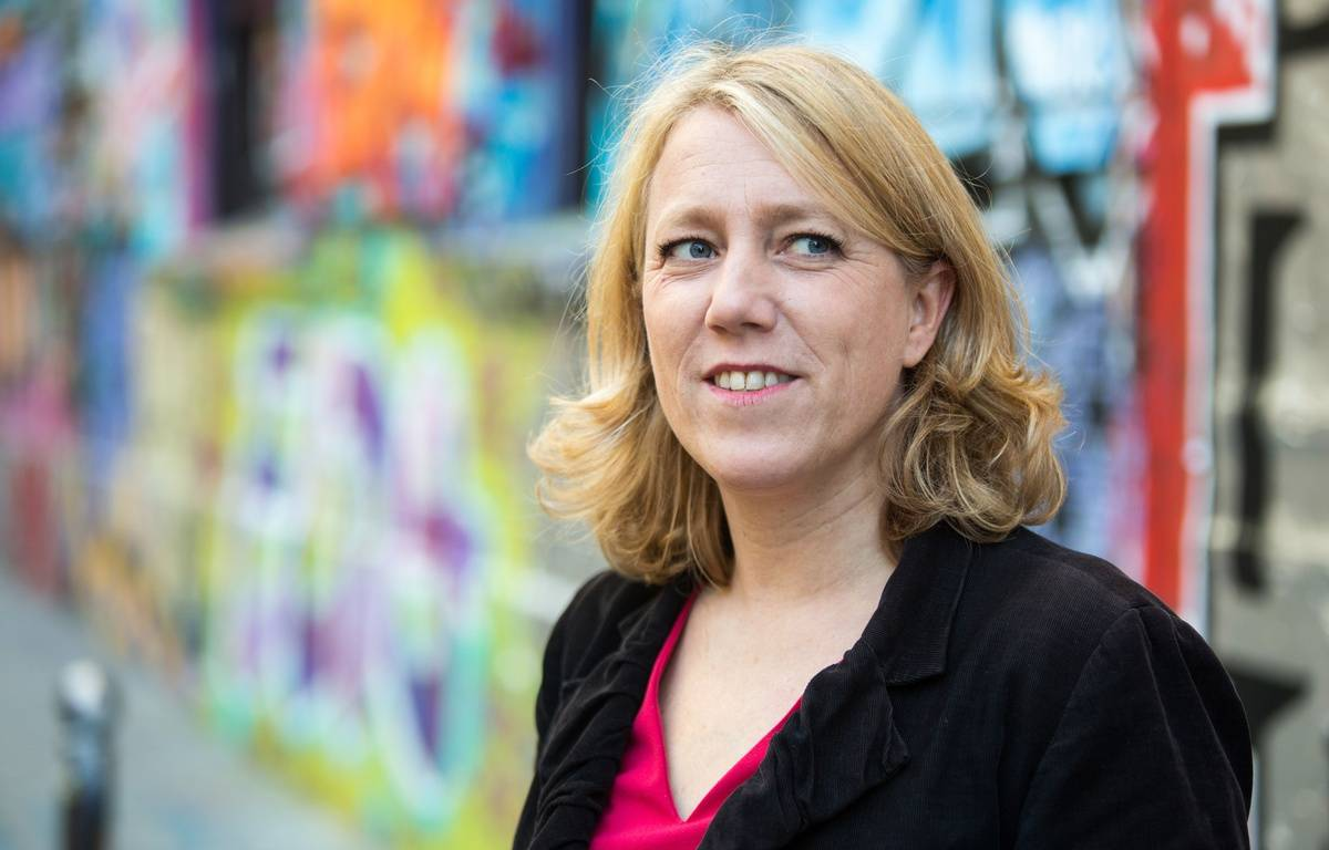 Danielle Simonnet pendant la campagne des municipales à Paris en octobre 2013. –  REVELLI-BEAUMONT/SIPA