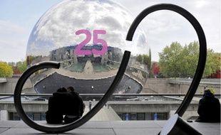 Deux grands stickers rappellent aux passants que la Géode fête son anniversaire.