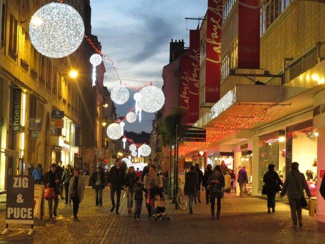 A Nantes le 28 novembre 2014- Des passants se promenent au marche de noel place Commerce et place Royale a Nantes