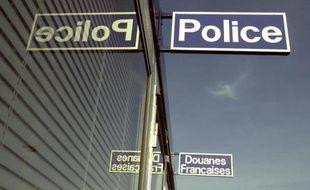 Les étrangers interdits de séjour en France seront désormais inscrits au fichier des personnes recherchées, auquel les agents du ministère des Affaires étrangères chargés des titres d'identité et de voyage pourront accéder, selon un décret paru samedi au Journal officiel.