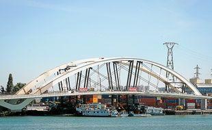 Le pont Raymond-Barre est resté coincé sur sa barge, port Edouard-Herriot pendant toute la journée de lundi.