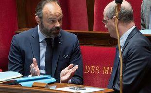 Paris, le 21 avril 2020. Edouard Philippe parle à Jean-Michel Blanquer, le ministre de l'Education nationale, en marge des débats à l'Assemblée nationale sur le coronavirus.