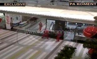 Capture d'écran de braqueurs déguisés en Pères Noël en Albanie.