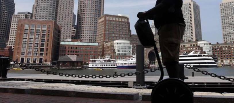 Un homme sur un Segway, à Boston.