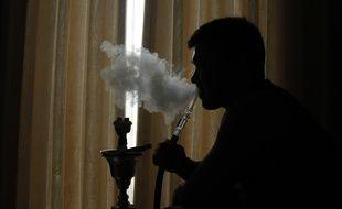 Un fumeur de chicha (illustration).