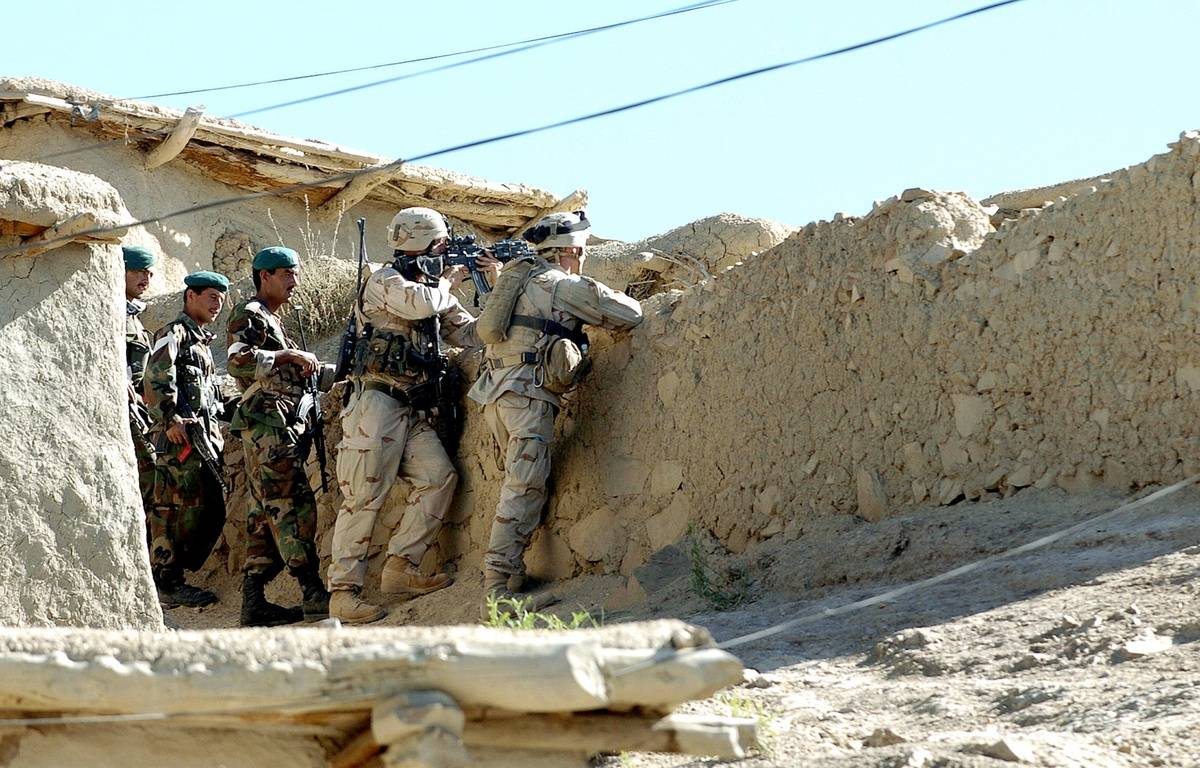 Des soldats américains et afghans dans le sud-est du Pakistan en 2005. – SPC. LAURA GRIFFIN / AFP