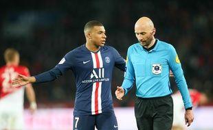 Antony Gautier, ici avec Mbappé, arbitre en Ligue 1 depuis treize ans