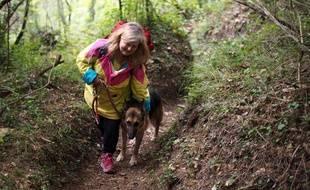 Florence Sebille emprunte le sentier avec son chien Bayou