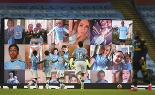 A l'Etihad Stadium de Manchester City, des écrans diffusent des images de supporters en train de regarder le match depuis leur salon.