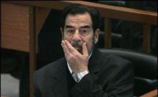 Le procès de l'ancien président Saddam Hussein devant le Haut tribunal pénal irakien sur la campagne contre les Kurdes s'est par ailleurs poursuivi mardi, avec la diffusion d'images chocs de victimes des bombardements chimiques.