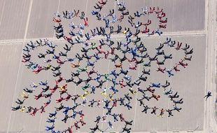 En Arizona (Etats-Unis), le record du monde de la plus grande séquence en formation a rassemblé 217 personnes.